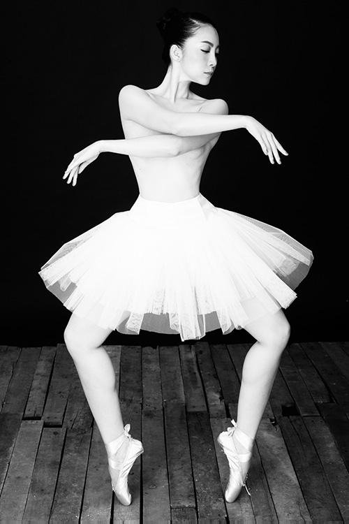 Linh nga gợi cảm tinh tế trong bộ ảnh ngực trần tập múa