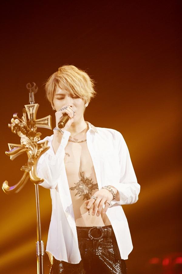 Gu thời trang sân khấu cực chất của jaejoong khiến fan mê mệt