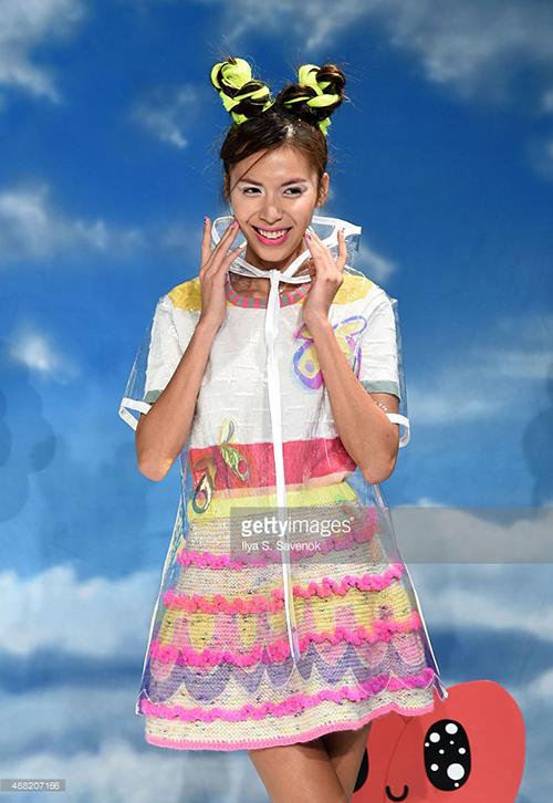 Paris hilton xem show thời trang minh tú