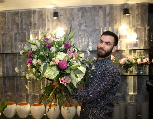 Người mang hoa vào sàn diễn thời trang jérémy martin