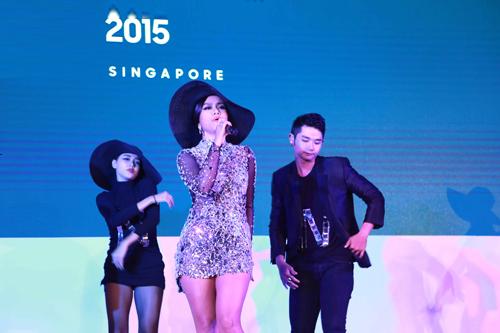 Sao việt chưng diện ở singapore đầy cá tính